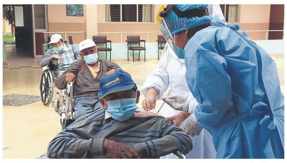 Contrajeron el mal en el asilo San José, en Trujillo, pero no hicieron cuadros graves ni fue necesario ir al hospital. Autoridades dicen que es una buena evidencia de que la vacuna sí protege y reduce el riesgo de muerte.