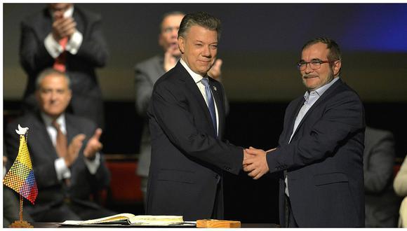 """Colombia: Juan Manuel Santos y """"Timochenko"""" firman el nuevo acuerdo de paz (VIDEO)"""