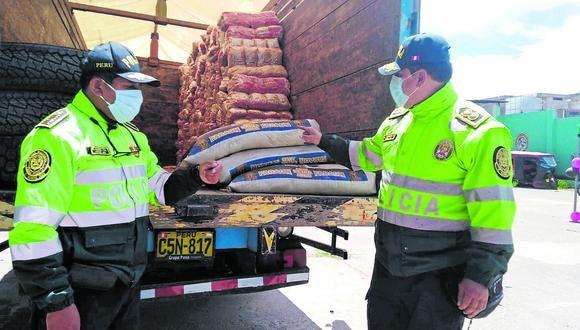 El cargamento de  34 sacos de cloruro de calcio, estaba oculto debajo de bolsas de fideos