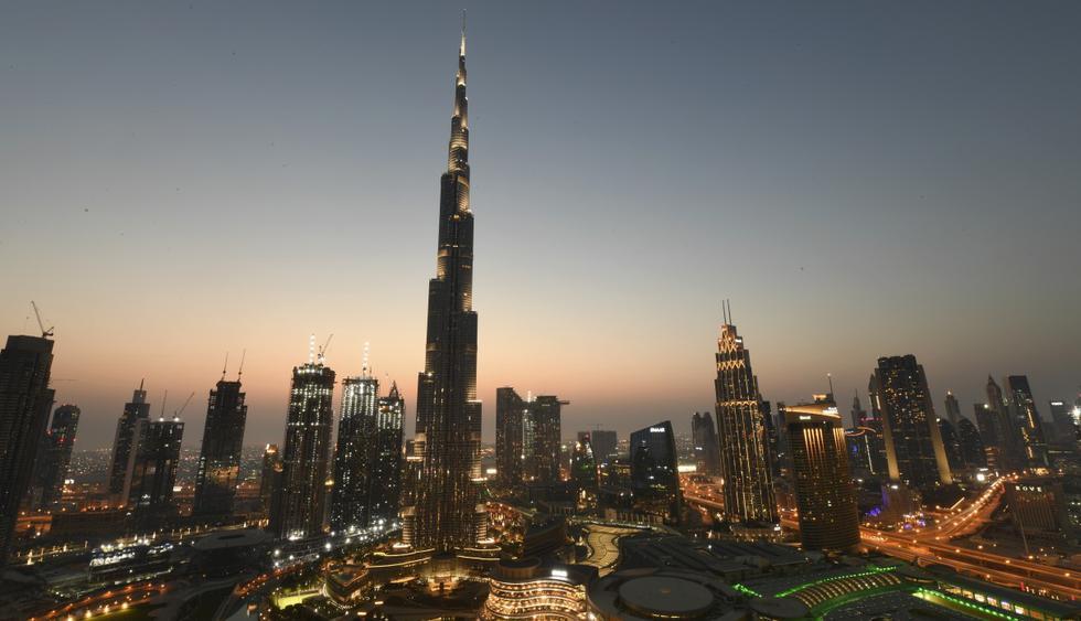 """Imagen de una vista general de Burj Khalifa y el centro comercial de Dubái. """"El lujo ya no es tan lujoso"""", dice una sueca de 31 años. """"No creo que las cosas vuelvan a la normalidad hasta dentro de mucho tiempo"""", asegura. (Karim SAHIB / AFP)."""