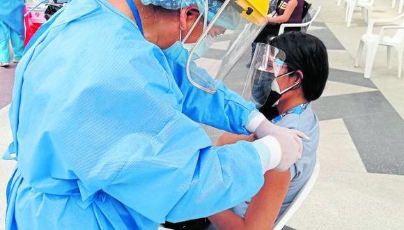 Estudiantes de carreras de la salud recibieron primer dosis