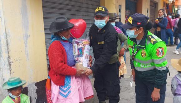 """""""Ángeles verdes"""" recorren las calles entregando canastas con víveres a madres trabajadoras."""