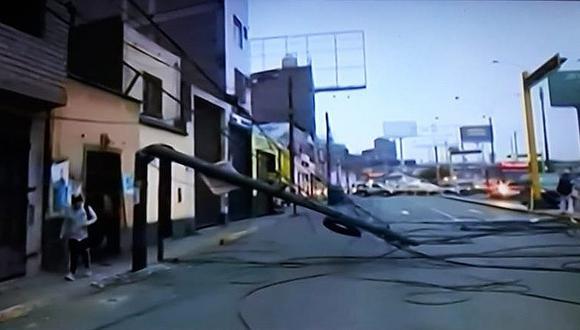 Rímac: Poste cae en plena avenida y causa malestar en choferes