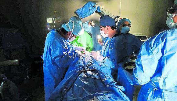 En Arequipa Médicos culminaron operación con linternas