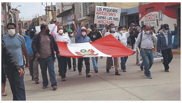 Hombres de campo marcharon y bloquearon vías ayer debido a que sus sembríos de arroz, banano, limón y hortalizas se están secando. Además, denunciaron que se estaría destinando el recurso hídrico a las parcelas del empresariado del Medio y Bajo Piura.