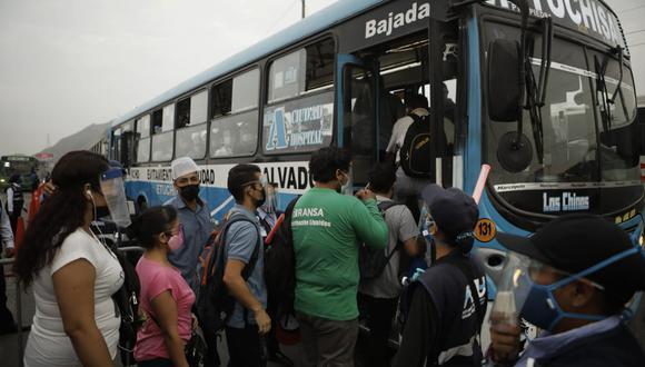 Paro de transporte público. Largas colas y desesperación de las personas por llegar a sus destinos. (Foto: Joel Alonzo / @photo.gec)