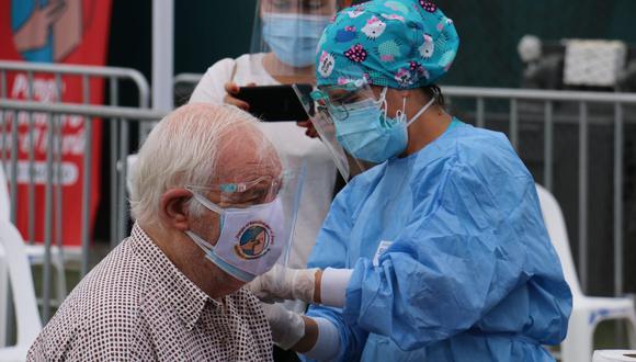 A la fecha, el Perú ha recibido 1.050.000 dosis del laboratorio Pfizer, las cuales se destinan actualmente a la inmunización de adultos mayores. Foto: Minsa