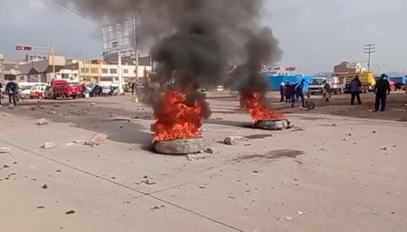 Los manifestantes quemaron llantas en señal de protesta. (Foto: Difusión)