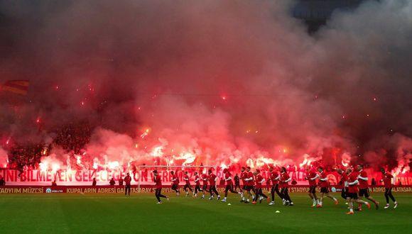 Pese a la gran expectativa de la hinchada del 'Cim-Bom', Galatasaray empató sin goles (0-0) ante Fenerbahce; sin embargo, continúa como líder la tabla de la Superliga de Turquía con 54 puntos. (@GalatasaraySK)
