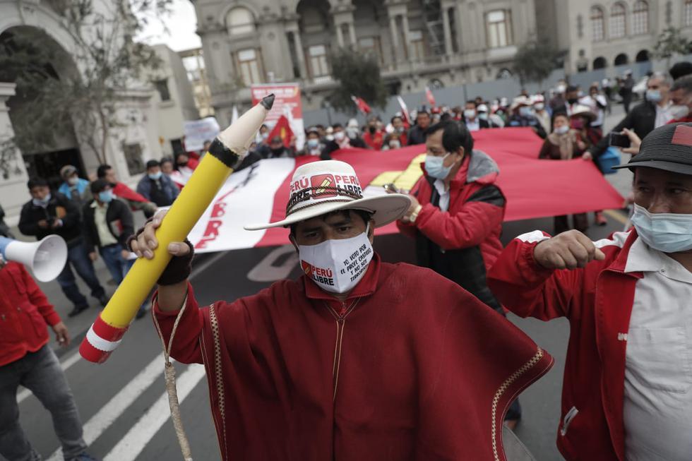 Simpatizantes del partido político Perú libre marchan por las calles del Centro de Lima. (Foto: Renzo Salazar / @photo.gec)