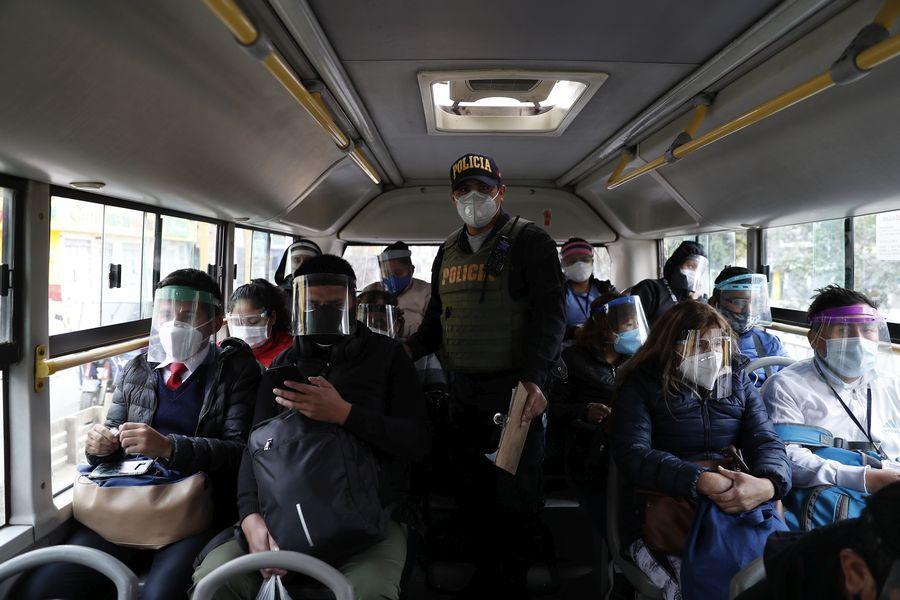 Recorrido por el Cono Norte donde la policía subió a los buses para saber verificar si ciudadanos presentaban con su pase laboral. FOTO: HUGO PEREZ / GEC