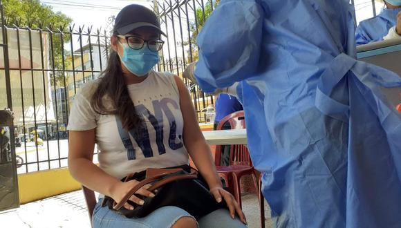 Veinteañeros acuden a vacunarse contra la COVID-19 en Huánuco/ Foto: Renzo Alvarado