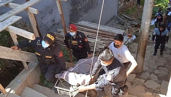 Trasladan cadáver a la morgue para la necropsia de ley.