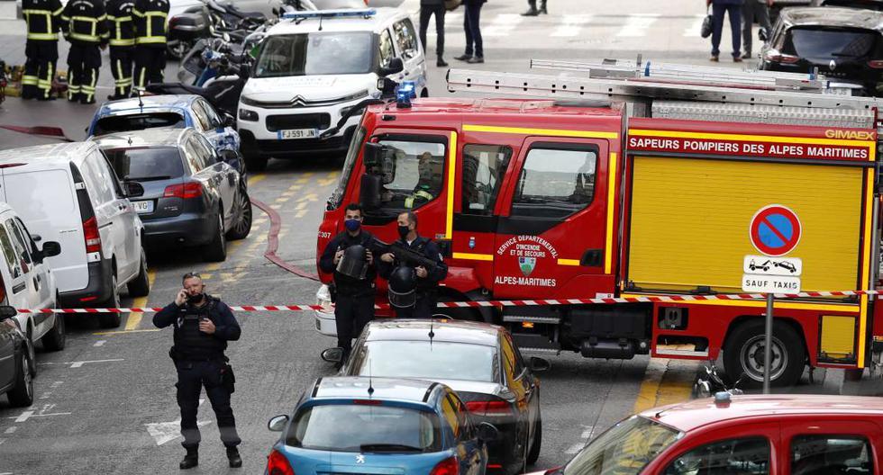 Policías aseguran la calle cerca de la entrada de la iglesia Basílica de Notre Dame en Niza, Francia, el 29 de octubre de 2020, tras un ataque con cuchillo. (EFE/EPA/SEBASTIEN NOGIER).