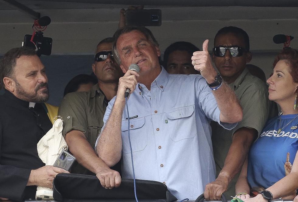 """El presidente ultraderechista Jair Bolsonaro prometió este martes """"una nueva historia"""" para Brasil, ante decenas de miles de seguidores que respondieron a su llamamiento a salir a la calle en su apoyo. (Foto: PAULO LOPES / AFP)"""