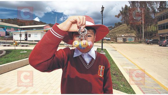 Escolares de primaria venden llaveros para viajar a Lima y conocer el mar