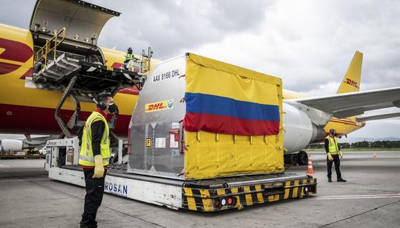 Foto referencial. Las vacunas, de la farmacéutica Pfizer, llegaron minutos después de la 1 p.m. al aeropuerto El Dorado de Bogotá a bordo de un avión de DHL. (Archivo / AFP).