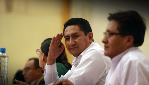 Vladimir Cerrón descontento con actuación de invitados de Perú Libre.