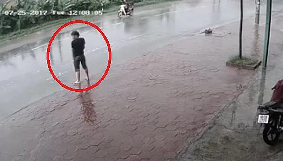 Facebook: hombre orina en plena calle y recibe peculiar castigo (VIDEO)