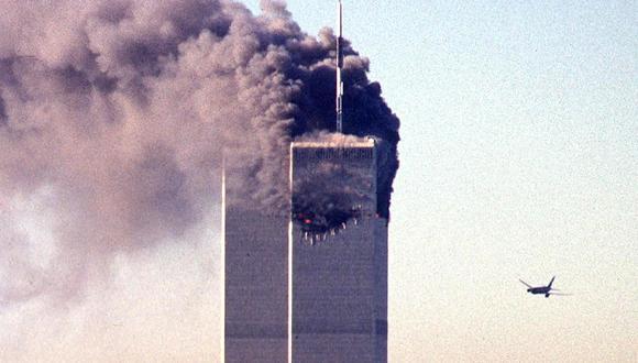 En esta foto de archivo tomada el 11 de septiembre de 2001, un avión comercial secuestrado se acerca a las torres gemelas del World Trade Center poco antes de estrellarse contra el emblemático rascacielos de Nueva York.  (Foto: SETH MCALLISTER / AFP)