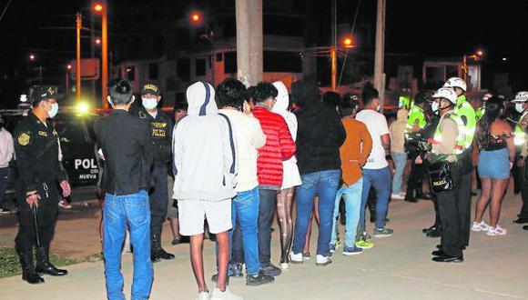 La Policía intervino a más de mil de ellos, donde varios no tenían mascarillas, estaban aglomerados y tomando licor en el parque ex Kumamoto en Sullana. El director del Hospital de Apoyo II se mostró preocupado por los focos de contagio que crean los menores.