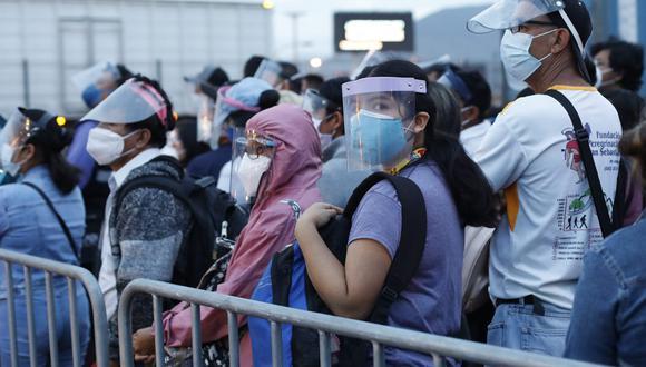 Personal de ATU supervisó que los pasajeros cumplan con subir a las unidades de transporte público con mascarilla y protector facial. (Foto: César Bueno / GEC)