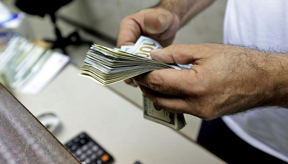 A las 9:13 de la mañana, el precio del dólar se situaba en S/ 3.5775 en el mercado interbancario, un nivel mayor en 0.10% frente a los S/ 3.5740 del cierre del miércoles. (Foto: AFP)