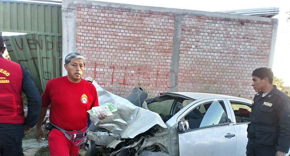 Cinco heridos deja violento choque de un auto contra una vivienda