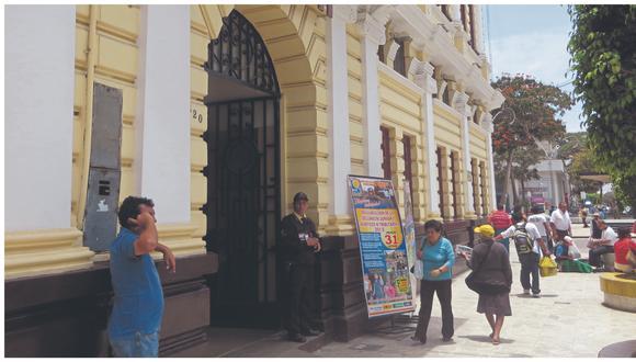 Entidad contrató a María Alejandra de la Fuente para modificar sus documentos de gestión; pero no se le aplicaron penalidades por incumplir los plazos de entrega.