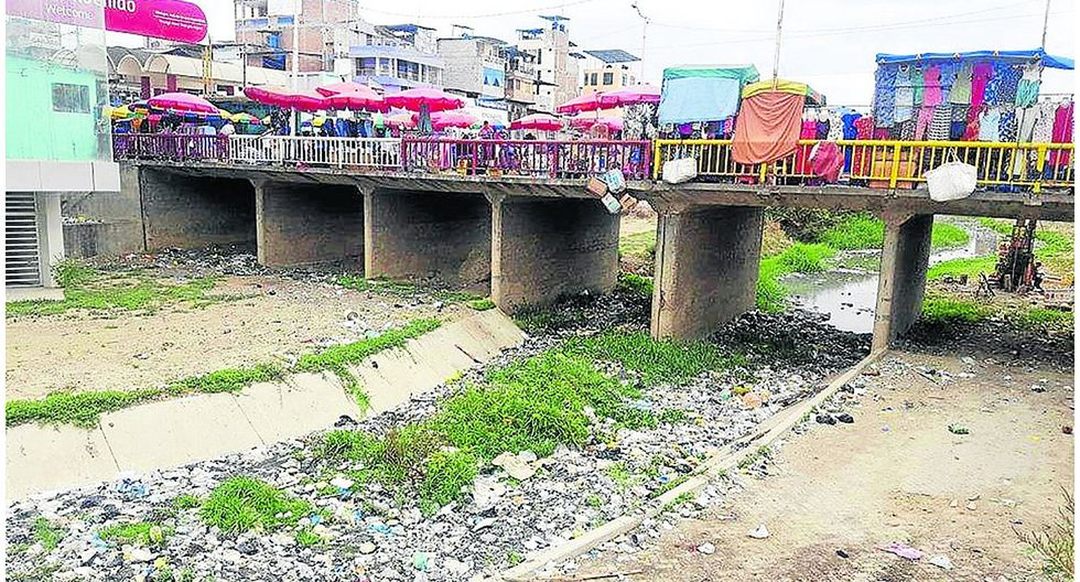 Aguas residuales y basura invaden el canal internacional