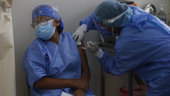 La ministra Claudia Cornejo señaló que el proceso de vacunación se está realizando a cargo de mil vacunadores.