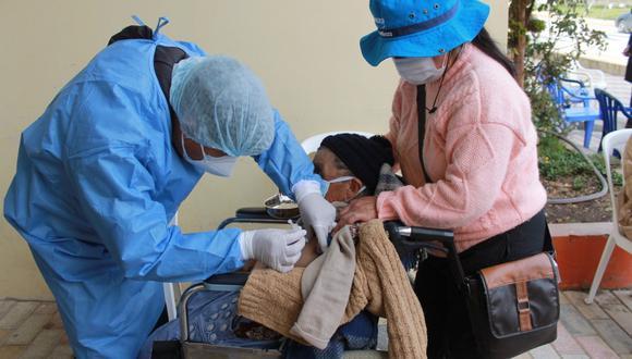 Personas de la tercera edad reciben la dosis de AstraZeneca en sus centros poblados de Tayacaja