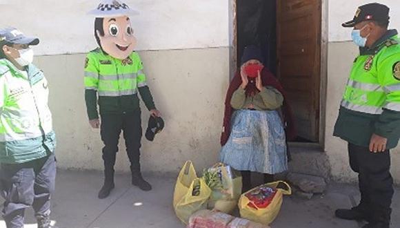 Policías solidarios le llevan ayuda a anciana de 78 años