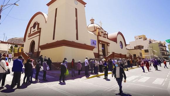 Devotos formaron una cola durante todo el día para ver la imagen del Cristo. (Foto: Cortesía GRT)