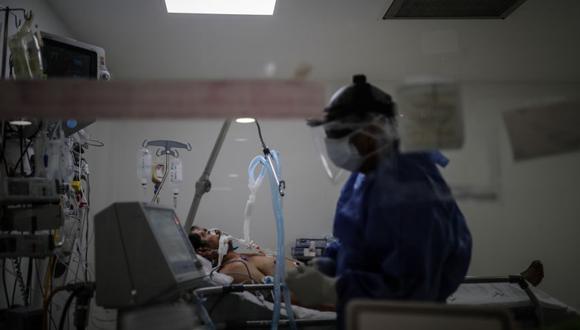 Un médico revisa pacientes COVID-19 en la Unidad de Terapia Intensiva en un Hospital de la Provincia de Buenos Aires (Argentina). (EFE/ Juan Ignacio Roncoroni).