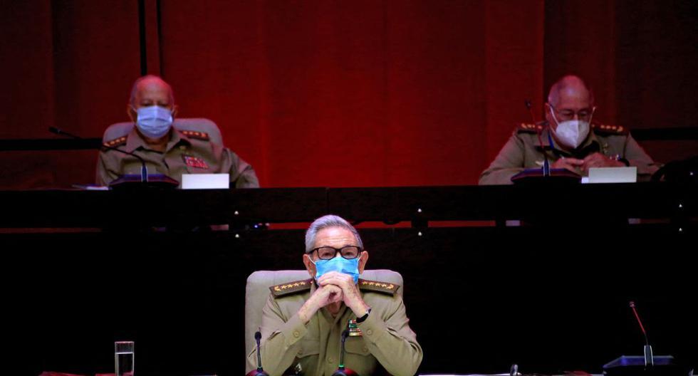 Fotografía difundida por la Agencia Cubana de Noticias (ACN) del Primer Secretario del Partido Comunista de Cuba, Raúl Castro, en la sesión inaugural del VIII Congreso del Partido Comunista de Cuba en el Palacio de Convenciones de La Habana, el 16 de abril de 2021. (Ariel LEY ROYERO / ACN / AFP).