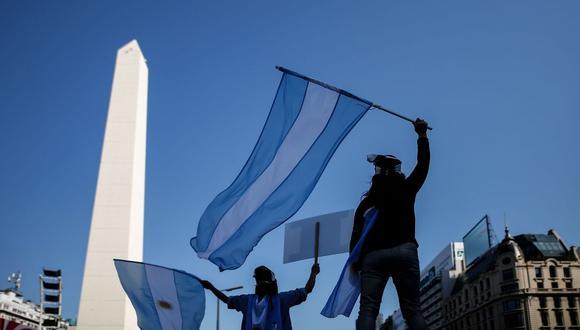 Cientos de personas protestan contra el gobierno de Alberto Fernández, este domingo, frente al Obelisco de la Ciudad de Buenos Aires. (EFE/Juan Ignacio Roncoroni).