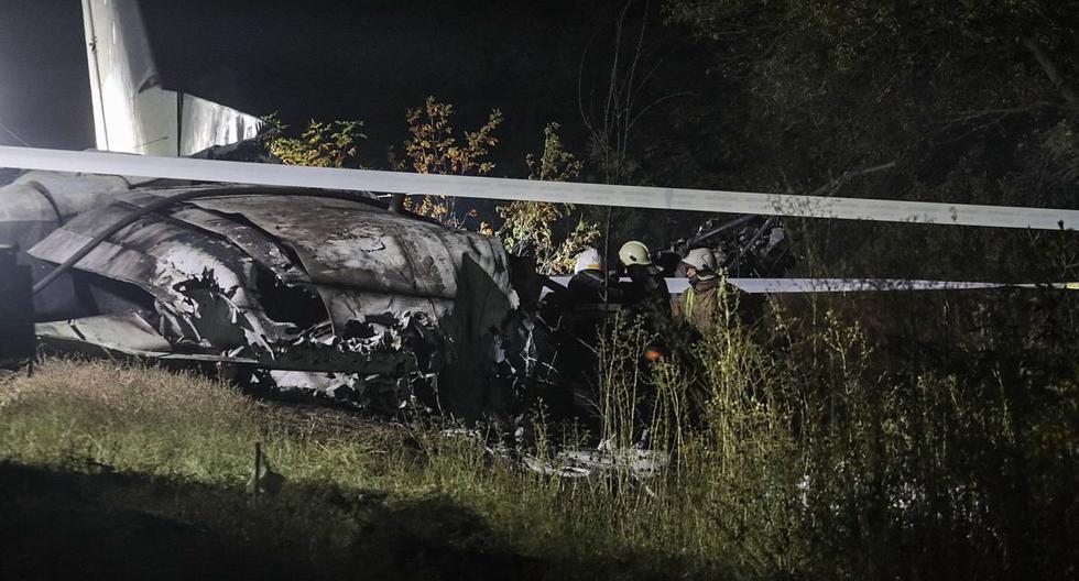 Los equipos de rescate inspeccionan el lugar del accidente del avión An-26 cerca de la ciudad de Chuguev, Ucrania. (EFE/EPA/SERGEY KOZLOV).