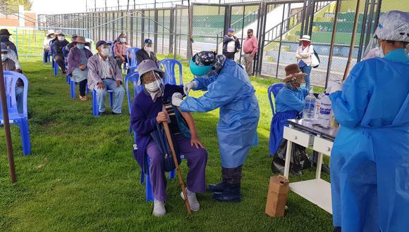 Vacunación a adultos mayores de Pensión 65 se realiza en ambientes abiertos  Foto: Pedro 65