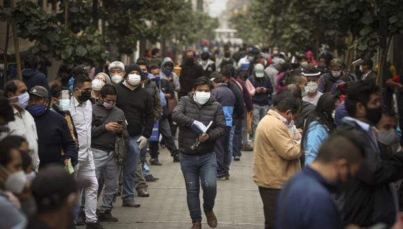 FALTA DE EMPATÍA. No respetar las medidas para evitar la propagación del COVID-19, como evitar las aglomeraciones de gente, denota que nos falta pensar mucho más en el otro, sostiene el científico. (AP Photo/Martin Mejia)