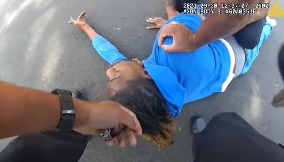 Los oficiales tomaron del cabello a Clifford Owensby para obligarlo a bajar de su vehículo de forma violenta, generando indignación entre la población estadounidense. (Foto: Captura - Policía de Dayton)