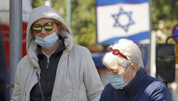 Israelíes que usan mascarillas protectoras debido a la pandemia de coronavirus compran en el mercado central de la ciudad costera de Netanya el 27 de diciembre de 2020. (Foto de JACK GUEZ / AFP).
