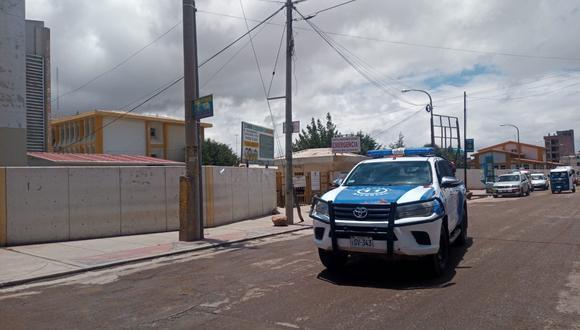 Los policías y el fiscal de turno de Juliaca llegaron al hospital Carlos Monge Medrano para realizar las diligencias.