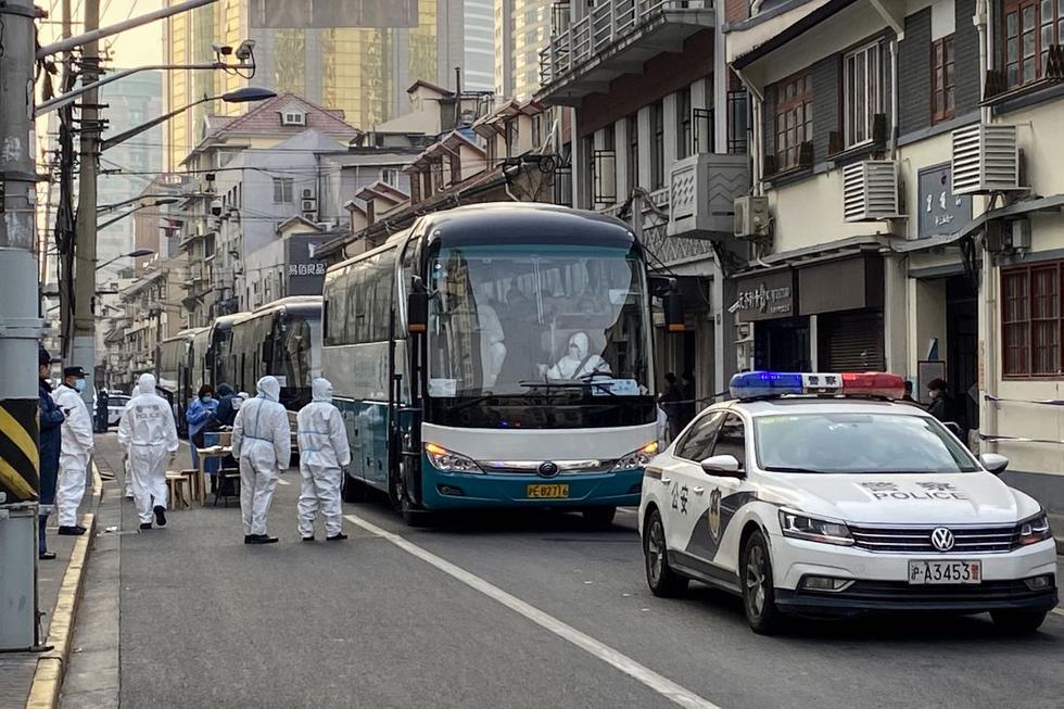 Un periodista de la AFP presente en el lugar dijo que había autobuses preparados y siendo desinfectados antes de llevar a los vecinos a los hoteles o lugares donde pasarán la cuarentena. Algunas carreteras de la zona fueron cerradas. (Texto y foto: AFP).