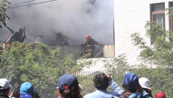 Bomberos tuvieron escasez de agua para controlar fuego  Foto: Leonardo Cuito