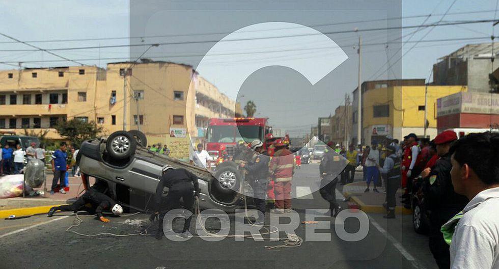 Choque entre patrullero y camioneta deja dos heridos (FOTOS)