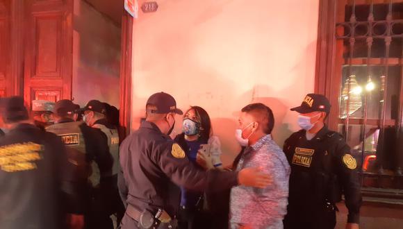 Policía uso la fuerza ante resistencia de covidiotas para ser intervenidos en local nocturno