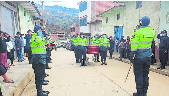 Los familiares del fenecido policía recibieron el quepí y el Pabellón Nacional de manos del jefe de la V Macro Región Policial Huánuco, general PNP Carlos Tineo Crespín. (Foto: GEC)
