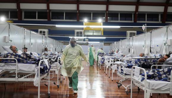 Para la Organización Mundial de la Salud (OMS), que informó el número en su tradicional conferencia de prensa diaria desde Ginebra (Suiza), es una cifra récord que sitúa el total de decesos por la pandemia en 1,9 millones. (REUTERS/Amanda Perobelli)