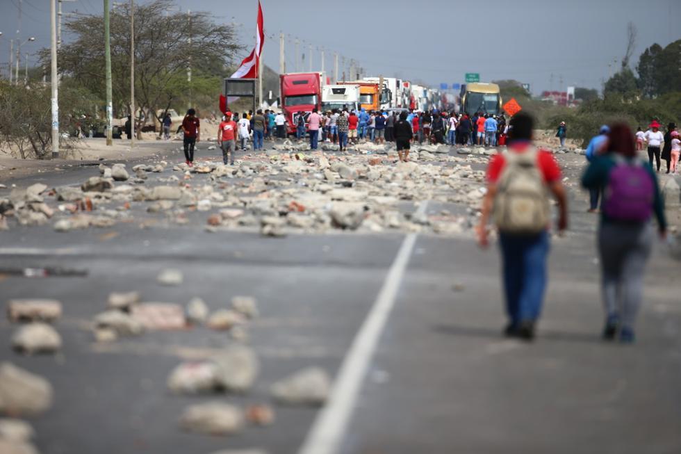 Desde esta madrugada, trabajadores de la agroexportación mantienen bloqueada varios puntos de la carretera Panamericana Sur en la provincia de Ica. (FOTO: Hugo Curotto / @photo.gec)
